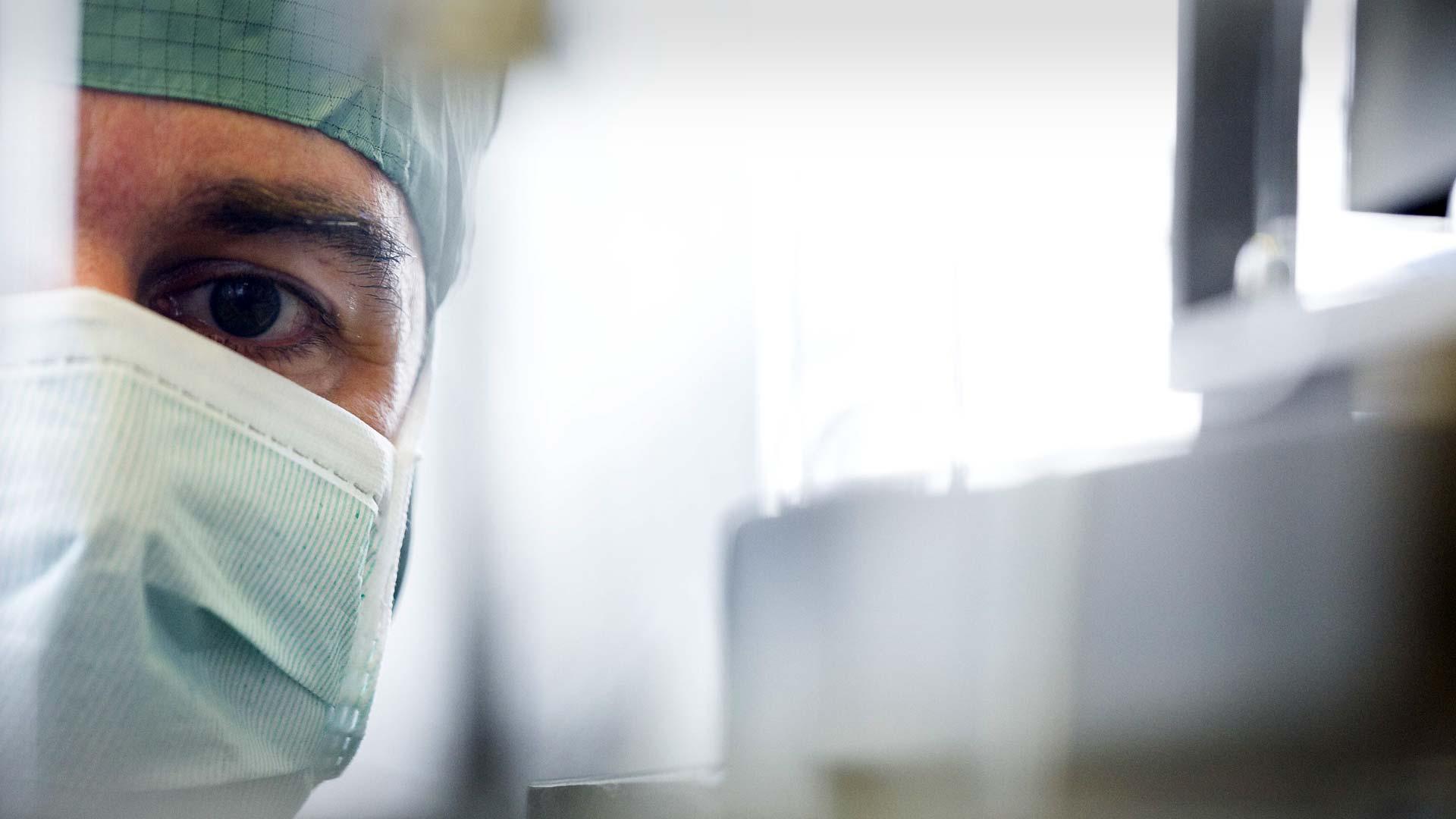 Médecin portant un bonnet et un masque