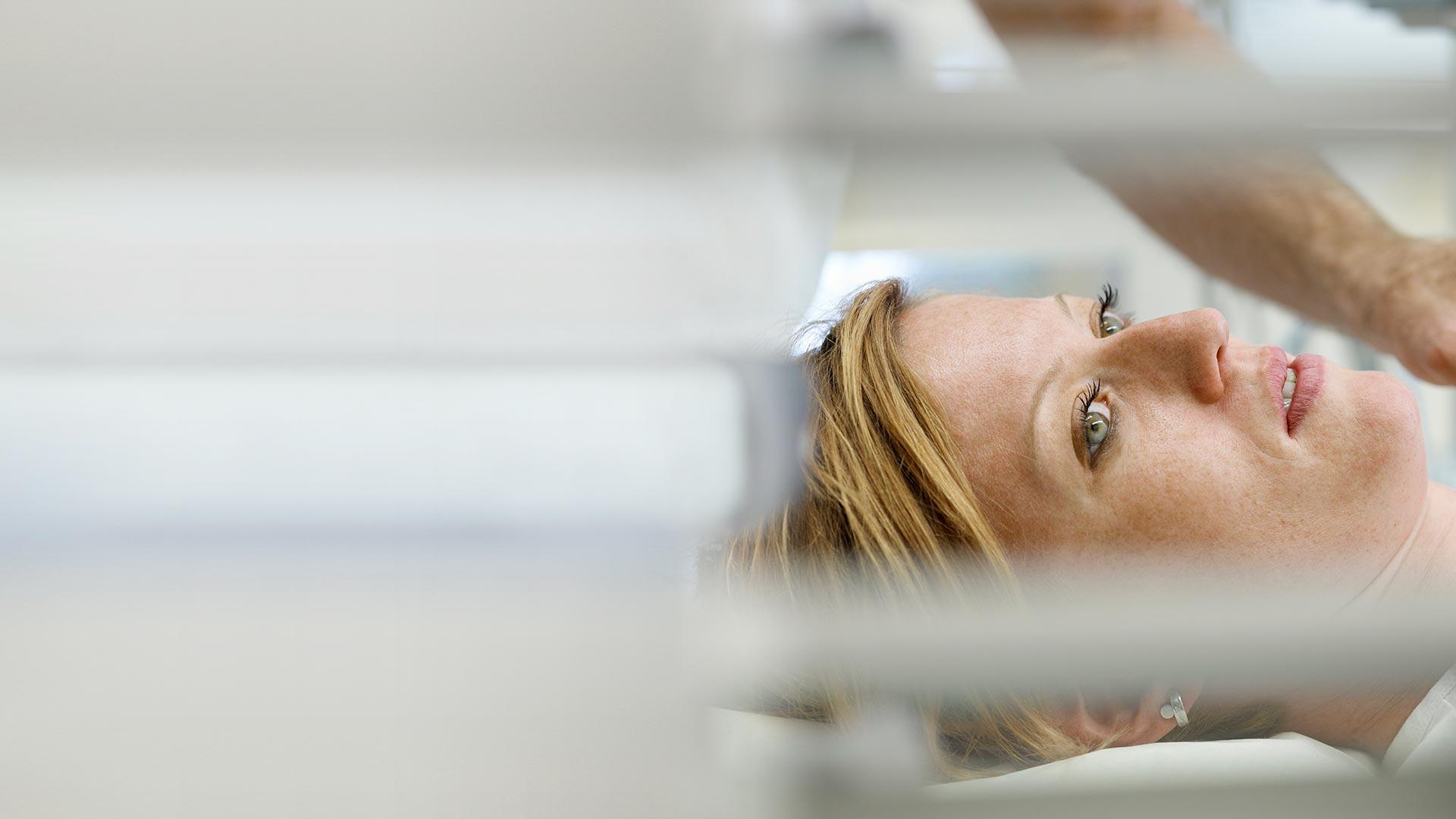 Patiente étendue sur un lit médical